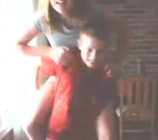 【海外動画】姉の体重が重すぎるので弟がおんぶを拒否したら……←ぶっとばされたw