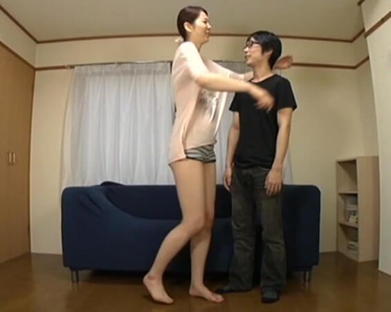 183cm彼女と貧弱彼氏…逆身長差を利用し首を絞め…!? 合計350cm超え 高身長の元レースクィーン痴女