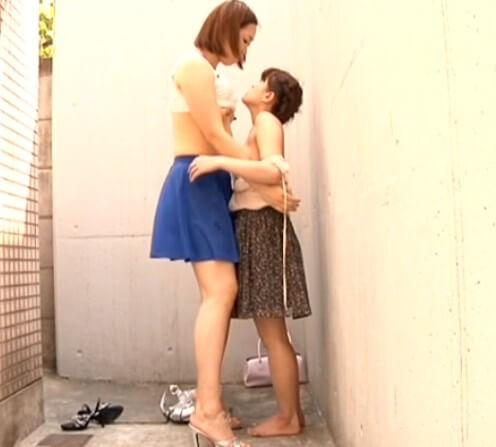 """身長差レズ 180cm以上の女と150cm未満の女 """"片腕で""""女を抱える大女の怪力w"""