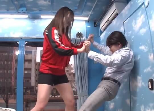 【体格差押し相撲】155cm小男と178cmデカ女アスリートが本気で力比べ!