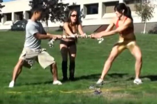 【外国人】185cmの筋肉デカ女と小男がガチの綱引きをしたら??